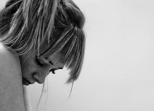 背後に人がいると怖い…後ろに立たれるのが嫌な人の心理と克服方法