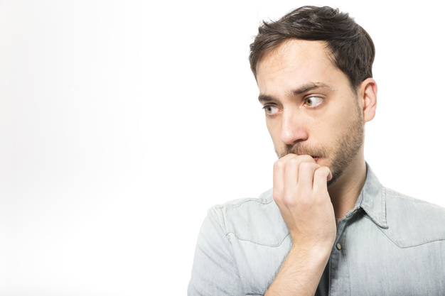 爪を噛む彼氏の心理